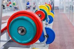Staaf met gewichten in de gymnastiek Royalty-vrije Stock Afbeeldingen