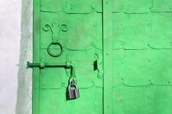 Staal heldergroene deur met klinknagels, platen en het versleten handvat van de metaaldeur Royalty-vrije Stock Afbeeldingen