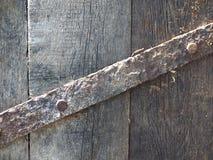 Staal het roestige klem bevestigen met vervaardigde spijkers over oude houten planken royalty-vrije stock afbeelding