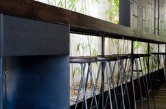 Staal houten zetels bij houten bank Stock Foto's