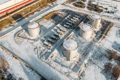 Staal of metaalopslagtanks voor olie of brandstof dichtbij de industriële pakhuis of fabrieksbouw in de winter, satellietbeeld royalty-vrije stock foto