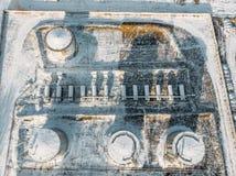 Staal of metaalopslagtanks voor olie of brandstof dichtbij de industriële pakhuis of fabrieksbouw in de winter, satellietbeeld royalty-vrije stock foto's