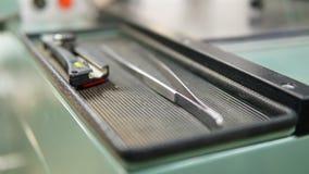Staal tweezer en bureau scherp mes zonder blad royalty-vrije stock foto