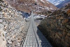 Staalbrug in de bergen van Himalayagebergte royalty-vrije stock foto's