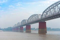Staalbrug over de Irrawaddy-rivier in Mandalay, Myanmar, Birma Exemplaarruimte voor tekst Royalty-vrije Stock Afbeeldingen