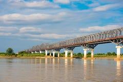 Staalbrug over de Irrawaddy-rivier in Mandalay, Myanmar, Birma Exemplaarruimte voor tekst Stock Afbeelding