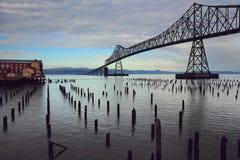 Staalbrug over de rivier royalty-vrije stock afbeelding