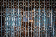 Staaldeur die de textuurpatroon en achtergrond vouwen van de staaldeur stock foto's