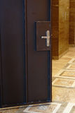Staaldeur zonder isolatie Een staalslot binnen stock afbeelding