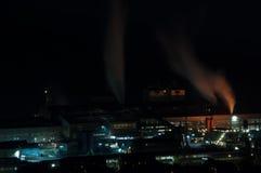 Staalfabriek bij nacht stock foto's