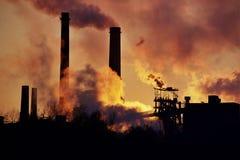 Staalfabriek bij Zonsondergang royalty-vrije stock afbeeldingen