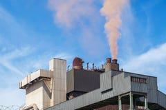 Staalfabriek die rode wolk produceren Stock Afbeeldingen