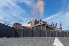 Staalfabriek die rode wolken produceren Stock Fotografie
