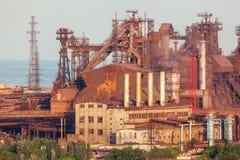 Staalfabriek met schoorstenen bij zonsondergang Royalty-vrije Stock Foto