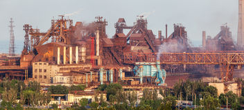 Staalfabriek met schoorstenen bij zonsondergang Royalty-vrije Stock Afbeeldingen