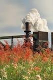 Staalfabrieksmeltoven die giftige dampen van schoorsteen uitzenden royalty-vrije stock fotografie