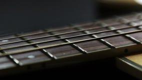 Staalkoorden op akoestische gitaar stock video