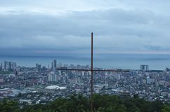 Staalkruis, op het hoogste punt van Batumi, Georgië wordt gevestigd dat royalty-vrije stock afbeelding