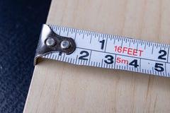Staalmaatregel en potlood dat voor het meten in timmerwerk wordt gebruikt Diytoebehoren op de workshoplijst royalty-vrije stock afbeelding