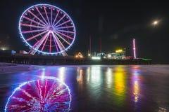Staalpijler met bezinning bij nacht, Atlantic City, New Jersey, de V.S. royalty-vrije stock afbeelding