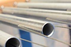Staalpijpen in mooie fijne opgeschorte staaldraad stock fotografie