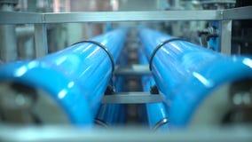 Staalpijpen voor watervoorziening in de fabriek Zuivere waterplant stock videobeelden