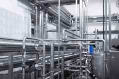 Staalpijpleidingen en kabels in fabrieksbinnenland als farmaceutisch de industrieconcept als achtergrond royalty-vrije stock foto's