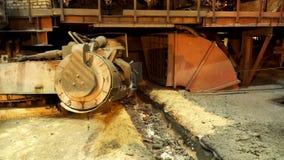 Staalproductie bij de metallurgische installatie, zware industrieconcept Voorraadlengte Sluit omhoog voor de emmer voor het voede stock footage