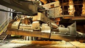 Staalproductie bij de metallurgische installatie, zware industrieconcept Voorraadlengte Sluit omhoog voor de emmer voor het voede stock videobeelden