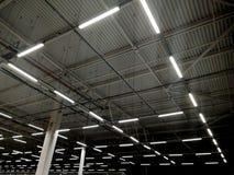 Staalstructuren en lampen op het plafond stock foto's