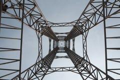 Staalstructuur van toren op blauwe zo lang en hoge hemelachtergrond Stock Fotografie