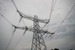 Staaltoren met machtslijnen voor elektriciteit in Nederland, een deel van 380Kv-vervoersysteem in Ens stock afbeeldingen