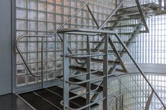 Staaltrap in een modern bureaugebouw Stock Fotografie
