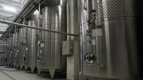 Staalvaten voor gisting van wijn in winemakerfabriek stock videobeelden