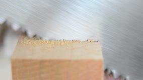 Staalzaag, metaalzaag gesneden houten straalclose-up Timmerwerk en schrijnwerkerij stock videobeelden