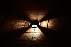 Staand lamp in de duisternis Stock Foto's