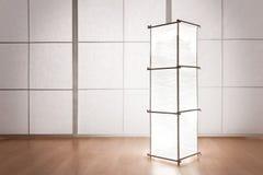 Staand lamp door de muur Stock Fotografie