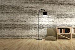 Staande lamp met boekenkast op houten vloerbakstenen muur Stock Foto's
