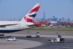 Staart van British Airways-vliegtuig met de Stad van New York op de achtergrond Stock Foto's