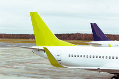 Staarten van sommige vliegtuigen bij luchthaven Reis en vervoersconcepten Stock Foto