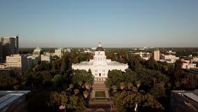 Staat California-Kapitol Schattenbild des kauernden Geschäftsmannes Sacramento, Kalifornien USA 4K stock video