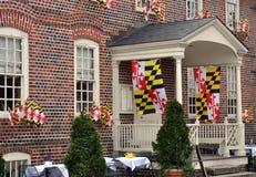 Staat Maryland-Flaggen, die von einem Backsteinbau in Annapolis, Maryland hängen Stockfotos