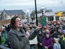 Staat Oregons-Senator Sara Gelser spricht auf Proimmigrationsversammlung in Corvallis, Oregon stockfoto