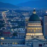 Staat Utah-Kapitalgebäude und -stadt in der Dämmerung lizenzfreie stockfotos