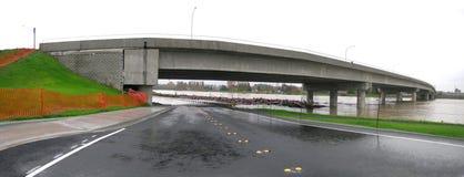 Staat Washington-Überschwemmung - Wasser über Fahrbahn Stockbilder