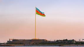 Staatsflagge-Quadrat in Baku auf Sonnenuntergang Stockbild