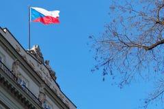 Staatsflagge, Tschechische Republik des Zustands-Emblems Stockfoto