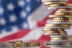Staatsflagge von Amerika und von Euromünzen - Konzept Stapel der Euromünzen e Lizenzfreie Stockbilder