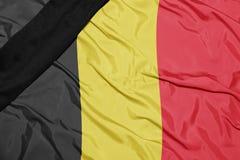 Staatsflagge von Belgien mit schwarzem Trauerband Stockbild