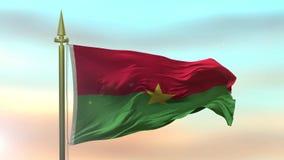 Staatsflagge von Burkina Faso wellenartig bewegend in den Wind gegen die Sonnenunterganghimmel-Hintergrundzeitlupe stock footage